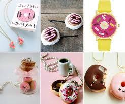 DIY mini donut, fofo, fácil e baratinho. Você pode fazer um colar, anel, brincos, pulseiras, marcador de livro, ímã de geladeira, etc. Usei massa FIMO (cerâmica plástica), mas você pode usar massa para Biscuit.   https://www.youtube.com/watch?v=MgiKv_qv5jo
