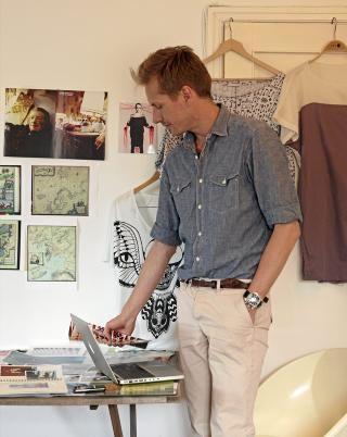 ARBEIDSROM: Per Åge Bergquist Sivertsen sier det er mange likhetstrekk mellom det han kreerer og interiøret. På veggen henger inspirasjonsbilder og et lite utvalg av hans kreasjoner. FOTO: Ragnar Hartvig