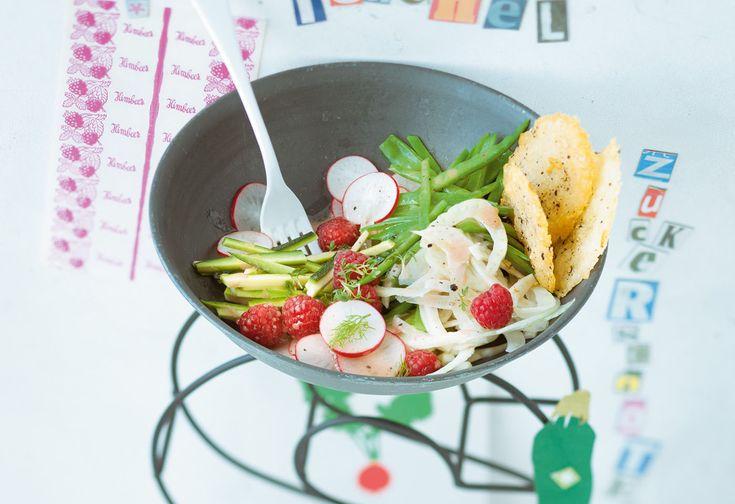 Gemüsesalat mit Himbeervinaigrette und Parmesancrackern