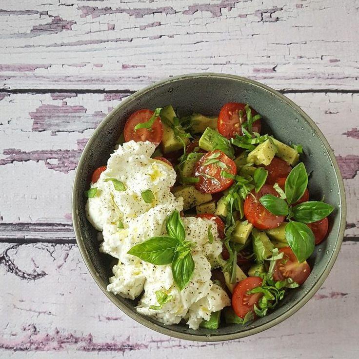 Met dit mooie weer is niets lekkerder dan een salade! Deze versie met tomaat, mozzarella en avocado is een winner, bomvol smaak en zo klaar!
