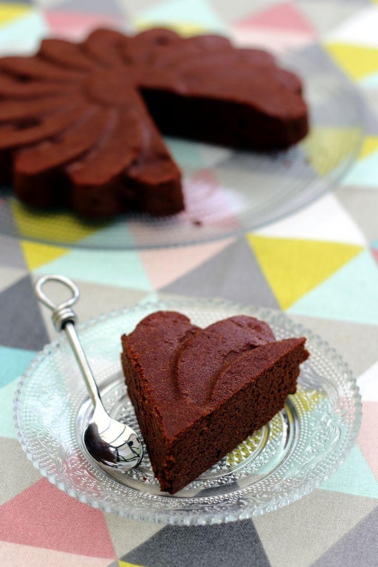 Un délicieux gâteau au chocolat très fondant qui vous surprendra sans doute une fois que vous connaîtrez les ingrédients utilisés... pas de sucre ajouté ni de farine dans ce gâteau! Mais un caramel de dattes qui permettra de sucrer sainement, ainsi que...