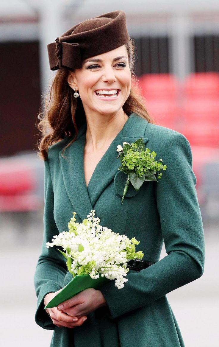Kate Middleton Saint Patrick 2013 profil sourire manteau vert bouquet chapeau