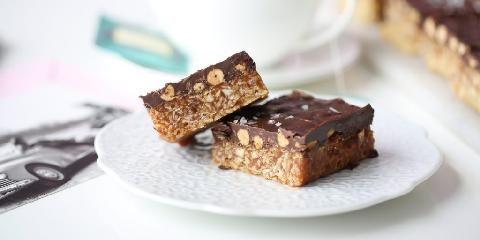 Snickerskake i langpanne med karamell og havsalt - Snickerskake med hjemmelaget karamellsaus... mmm