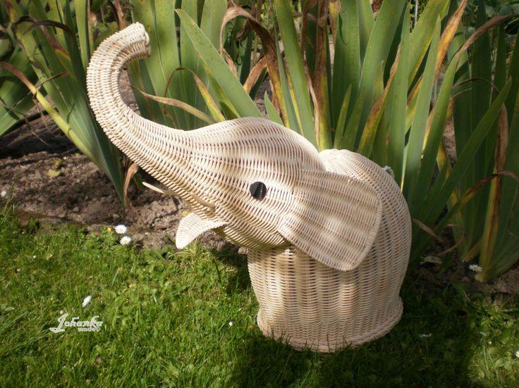Slon pro štěstí Slon je vyroben z přírodního pedigu, dvakrát natřený vodou ředitelným lakem. Kly jsou vyřezány ze dřeva. Maximální rozměry: v-40 cm, d-36 cm, š-27 cm, tělo v-22 cm, d-19 cn, š-16 cm.