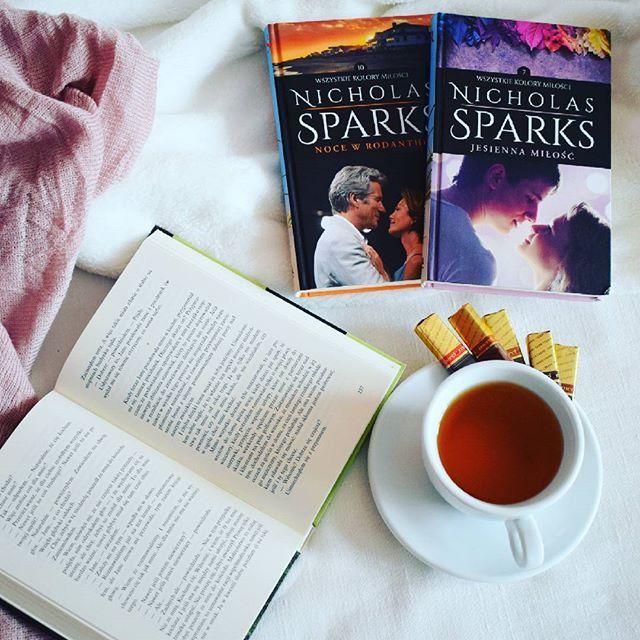 Książka i czekoladki😊 a Wy co czytacie?😊 @tajemniczaksiazka #czytelniknawakacjach #bookstagram #book…