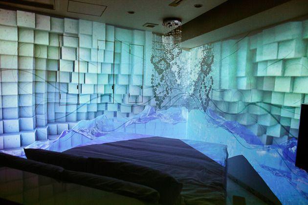 プロジェクションマッピングを体感する一室ー新しいラブホテルですね