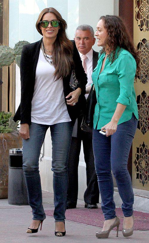 GALILEA MONTIJO  La actriz y presentadora llevaba unos jeans con una camiseta blanca y un blazer negro cuando salía con una ami...