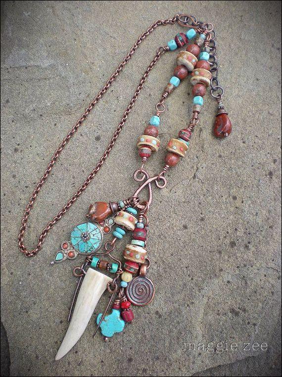 Perles jaspe rouge pour le courage dun guerrier, une boucle doreille argent et turquoise tibétaine, une hangar dandouiller de cerf, os perles dun vieux mala tibétain (perles de prière), une breloque spirale cuivre - tous suspendus à une amulette « Croix de Troll », faite de recyclé de fil de cuivre.  27 de long. 4 1/2 long drop. Envoyer un message moi dajuster la longueur.  Ce collier amulette sera livré dans un coffret fabriquées à la main fabriqué aux États-Unis de papier 100 % recyclé…