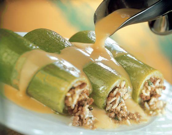 Λαχταριστά κολοκυθάκια με μυρωδάτη γέμιση με κιμά και ρύζι σε πλούσια κρέμα αυγολέμονο. Ένα παραδοσιακό αγαπημένο φαγητό για το οικογενειακό και όχι μόνο τ