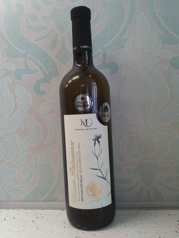 MÜLLER THURGAU 2013 Víno s přívlastkem Kabinetní víno, suché Jemná květinová vůně přechází do buketu transformovaného jádrového ovoce s převládající kandovanou hruškou. Chuť vína je svěže ovocitá s příjemně pikantními kyselinami dozrávajících žlutomasých jablek. Doporučujeme k salátům s kuřecími prsíčky s lístky ledového salátu a bylinkovým dresinkem se strouhaným sýrem Grand Moravia. Výborně se hodí k čerstvým měkkým čí polotvrdým sýrům. Podáváme: 10 – 12 ºC Uchováváme: 12 – 14 ºC