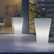 Vaso luce per esterni Tulipano. Il vaso che di notte diventa una favolosa lampada. Ideale per ambienti esterni. Ecologico e resistente. Dimensioni Ø65x110h cm. Colore bianco neutro.