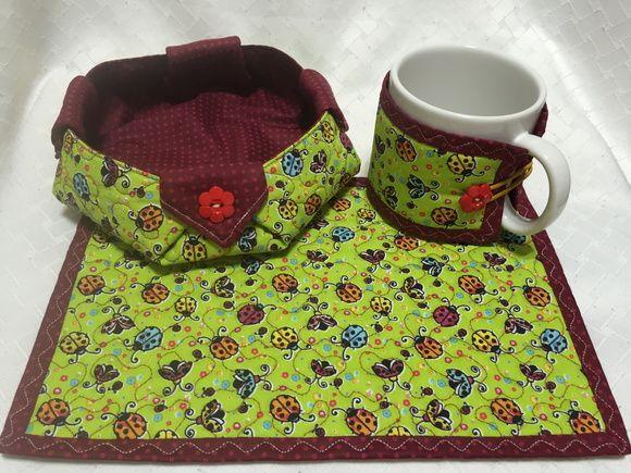 Kit Biscoiteira + caneca + capinha para caneca + tapetinho. Confeccionado com tecido 100% algodão extruturada com manta acrílica. Decorado com sianinha e botões decorativos.