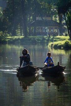 Royanto: seorang ayah yg sedang menemani anaknya mengelilingi situ gunung menggunakan rakit di pagi hari. situ gunung terletak di kaki gunung pangrango, tepatnya di  daerah sukabumi Jawa barat.