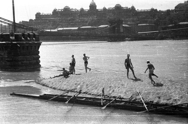 Pesti alsó rakpart az Akadémiánál árvíz idején, 1943. Forrás: Fortepan