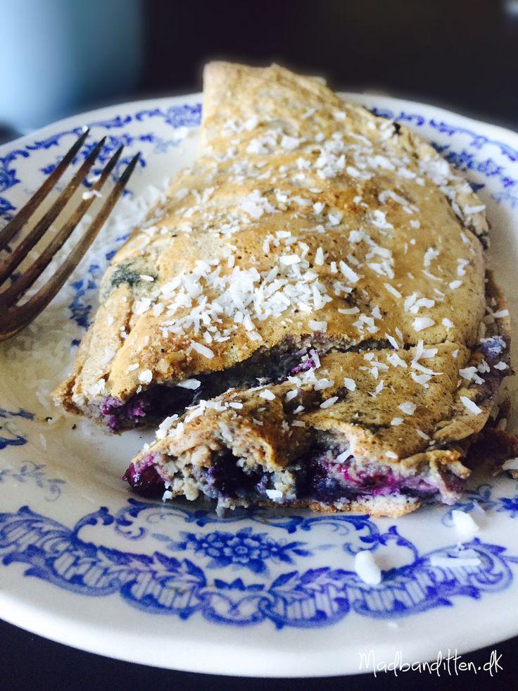 Sød omelet med blåbær og kokos. En dejlig og anderledes måde at spise æg om morgenen. Uden sukker, gluten og mælkeprodukter. --> Madbanditten.dk