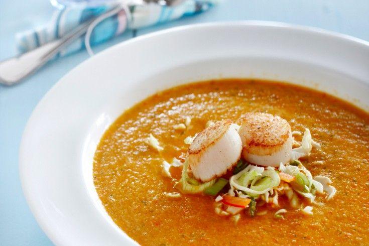Dit recept is afkomstig van chefkok Mathijs Vrieze. Een paprikasoep zit boordevol heerlijk pure smaken en is nog gezond ook! Was de paprika's en maak ze schoon door de zaadlijsten eruit te snijden. Snijd ze vervolgens in kleine stukjes. Verhit een grote pan met een scheutje olijfolie en bak hierin de paprikastukjes. Snijd ondertussen de tomaten …
