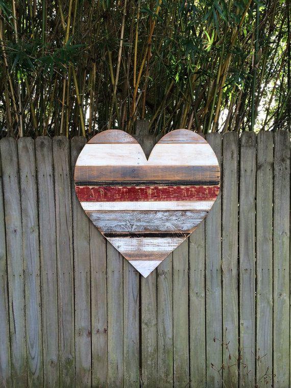 Dieses einzigartige rustikale Herz ist entworfen und von Hand in unserem Shop mit aufbereitetem Holz. Die Bretter werden individuell ausgewählt und dann jeweils sorgfältig Hand lackiert und geschliffen zum Erstellen eines visuellen Reiz der Jahrgang Textur und Farbe. Die Platten sind durch Holzleim und Nägel mit zusätzlichen Platten auf der Rückseite für Bewehrung gesichert. Es ist beschichtet mit mehreren Schichten aus Polyurethan, die die Holzmaserung unterstreicht, und beenden Sie dann…
