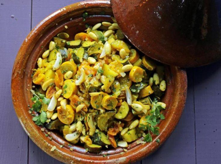 Seules les savoureuses courgettes de plein été garderont une texture agréable une fois cuites ainsi à l'étouffée, car elles ne sont pas gorgées d'eau. Si vous utilisez des abricots secs bio, forcément bruns, le plat ne sera pas aussi coloré qu'avec ceux qui sont bien oranges, car traités au dioxyde de soufre... Mais une jolie manière de décorer le plat, en saison, est de le garnir de deux ou trois abricots frais coupés en lamelles.
