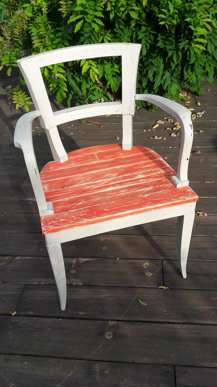 L'assise de ce vieux fauteuil a été refait en planches de palettes, peintes