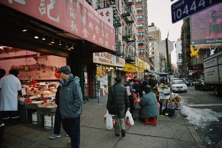 NYCCOLUMN #8 / MY NEIGHBORHOOD フォトグラファー豊氏によるコラム第8弾。久しぶりの登場です。 彼女が普段過ごす周辺の様子を切り取ってくれています。   うちの近所が好きです。2ヶ月の長期に渡って日本に帰っており、久々の更新になります。 こちらに戻って、何か身体から力が漲っているような日常を送っており、 改めてこの街のエネルギッシュで不思議なパワーを実感しているところです。  その一要因として、今住んでいる場所がすごく好きで、近所を歩いているだけでも楽しい。 久々に戻って来て本当にハッピー。ということもあって、今回はそんな私の普段の散歩道をお見せします。  ちなみに、私は普段あまり買い物をしない方ですが、街をぶらつくのが日課でもあります。 自宅はトライベッカに位置しますが、周りはというとソーホーなどのショッピング街やチャイナタウン、 リトルイタリーなどが近隣にあり、ブロックごとに国境を越えている感じ。 マンハッタンの通りは基本ゴミだらけで道路はボコボコでなんか臭い。 歩きづらさは変わらないが、石畳の道だったり、少し都会的なイメージなの...