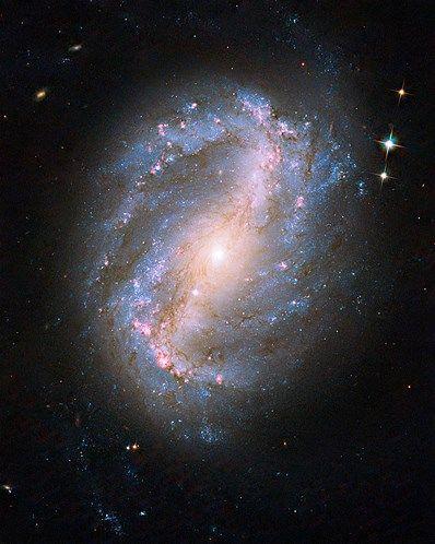 14 - Esta imagen de NGC 6217 es la primera imagen de un objeto celeste tomada con la recientemente reparada cámara a bordo del telescopio espacial Hubble. La cámara fue restaurada durante la misión de servicio de STS-125 en mayo en la que se actualizó el Hubble.