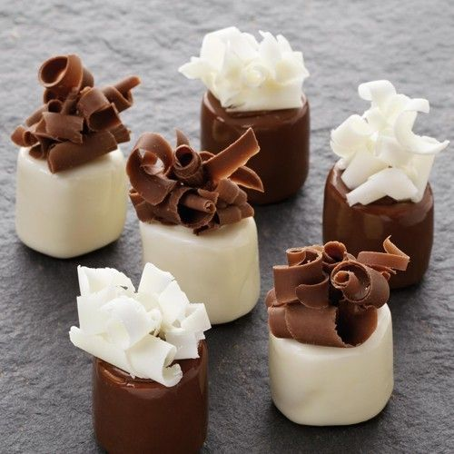 Especially for the chocolate lovers! Spoil yourself with these delightful chocolate marshmallows decorated with beautiful chocolate curls.  Chocolate marshmallows - Chocolate - Recipes  | Deleukstetaartenshop.com