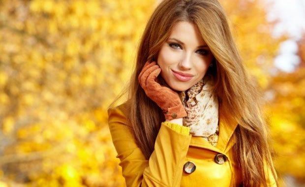 """I cambi di stagione possono costituire momenti davvero """"drammatici"""" per i nostri capelli. È infatti in questi momenti che la chioma subisce sbalzi di temperatura piuttosto ingenti, in grado di danneggiare lo stato di salute del cuoio capelluto e, di conseguenza, contribuire a caduta, debolezze, cresposità e altri elementi pregiudizievoli che corrono il rischio di rendere più opachi e complessivamente spenti i nostri capelli. Ma in che modo procedere a rinforzare le nostre chiome in vi"""