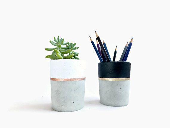 Konkrete Bleistift Inhaber Pflanzer für sukkulente grau weiß schwarz Industrial Home Decor  -Einfache und minimalistisches Design.  -Es kann das unique-Element Ihrer Einrichtung geworden.  -Sie können es als ein Bleistift-Halter oder einen Blumentopf.  -Ca. Größe: D 8cm x H 8, 5cm  -Farbe: natürliche Beton hat ein weiß/Kupfer oder schwarz/Gold Linie gemalt an der Spitze.  -Dies ist ein Unikat, von Hand aus Beton gemacht. Farbvariationen und Textur Unregelmäßigkeiten sind aufgrund der…