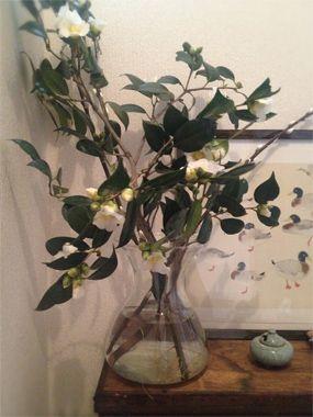 <椿と速水御舟>玄関に季節の枝ものを欠かさず置いています。絵は速水御舟の素描。外と内をつなぐ場なので、自然の姿に近い素朴な花や絵を飾りたい。(ギンザ編集部)【GINZA編集長 中島敏子】 lexus.jp/... ※掲載写真の権利および管理責任は各編集部にあります。LEXUS pinterestに投稿されたコメントはLEXUSの基準により取り下げる場合があります。