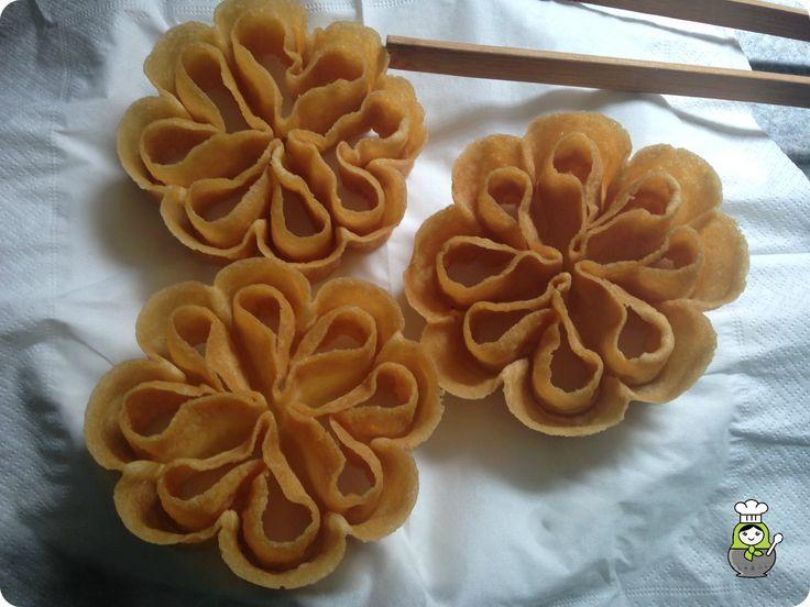 Receta de flores extremeñas. Aprende cómo preparar este dulce tradicional, típico también de otras regiones y muy preparado en semana santa y carnaval. Receta paso a paso de flores dulces fritas.