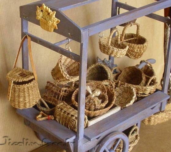 Miniatures et maisons de poupees : Basket cart with lots of baskets for inspiration