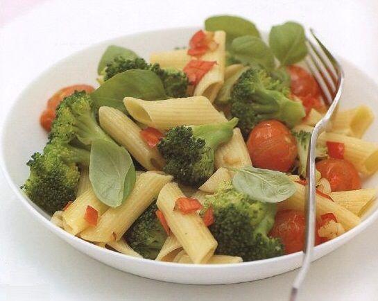Макароны с овощами  >Ингредиенты: Макароны твердых сортов — 50 г (готовых) Измельченная свежая петрушка — 1 столовая ложка Сыр не жирный — 1 столовая ложка  >Овощи: Брокколи, разобранная на соцветия – 50 г, Цуккини, порезанные тонкими колечками- 50 г Спаржа — 70 г Зеленый горошек (можно замороженный) – 2 ст.л. Оливковое масло – 10 г Сливки 10% — 2 столовые ложки Щепотка мускатного ореха. Соль по вкусу  >Приготовление: 1. Отварить макароны. 2. Капусту брокколи, цуккини, спаржу и зеленый…