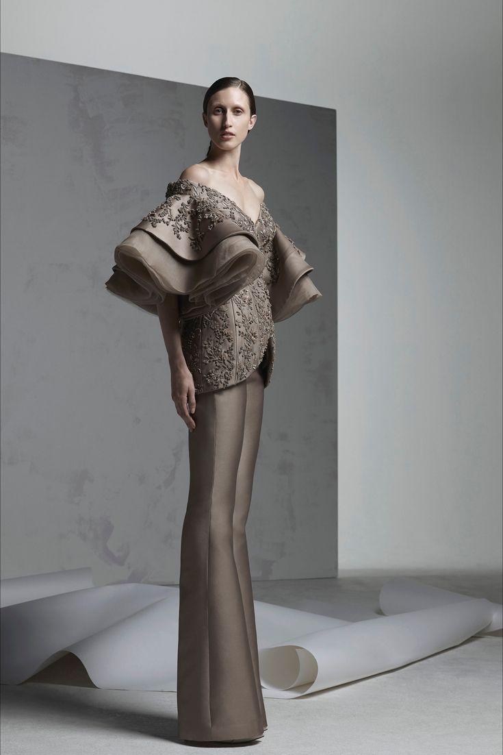 Guarda la sfilata di moda Ashi Studio a Parigi e scopri la collezione di abiti e accessori per la stagione Alta Moda Autunno-Inverno 2016-17.