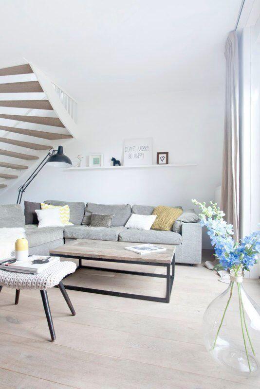 Grote grijze hoekbank met gele kussens - bekijk en koop de producten van dit beeld op shopinstijl.nl