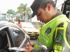Conozca los Derechos cuando lo detenga un agente de tránsito