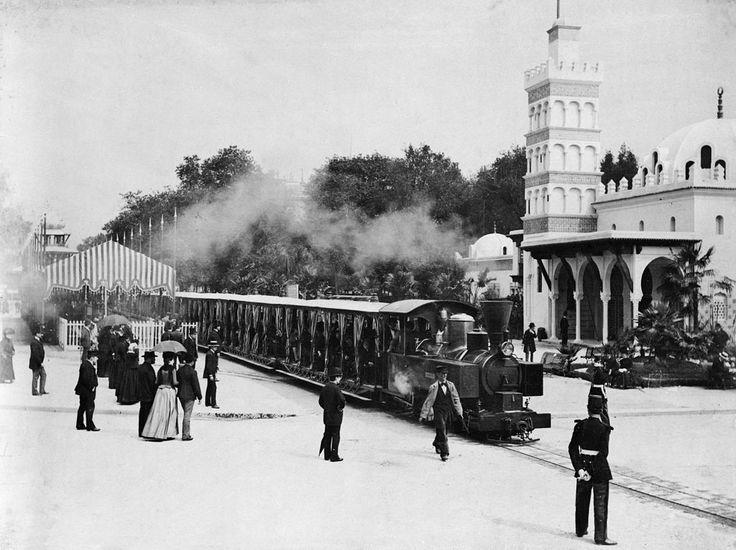 Le train de l'Exposition Universelle de 1889 passe devant le pavillon de l'Algérie