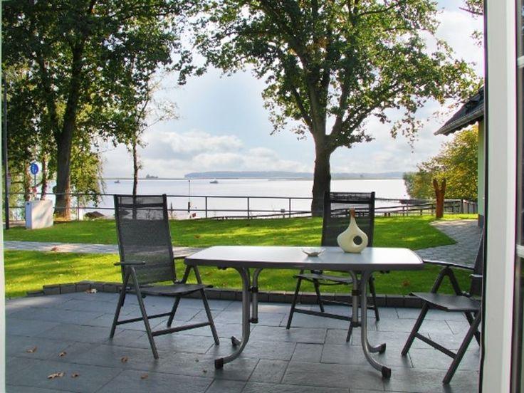 Luxuriöse 54m² Ferienwohnung für 4 Personen mit direktem Blick auf die Müritz in Röbel. Großzügige Terrasse mit Grillbereich, Kamin und vieles mehr warten