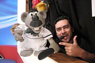 http://wwwblogtche-auri.blogspot.com.br/2012/03/quem-e-o-sombra-do-do-programa-do.html Eduardo Mascarenhas dá vida ao boneco Xaropinho