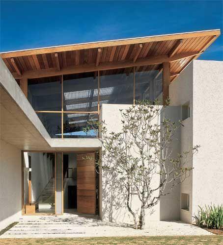 A cobertura de garapeira não toca a alvenaria, e sim uma estrutura de madeira fechada com vidro laminado.