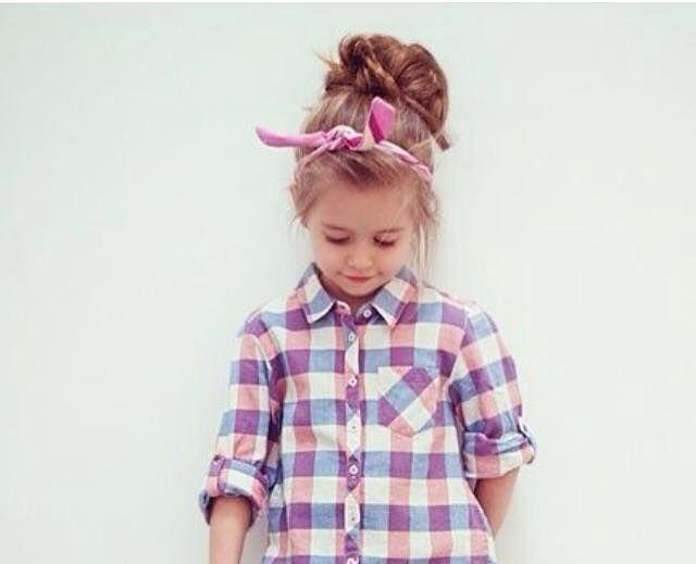 Als alternatief voor een standaard knotje kun je ook een rommelige knot maken, of een krullende knot. - Kinderkapsels
