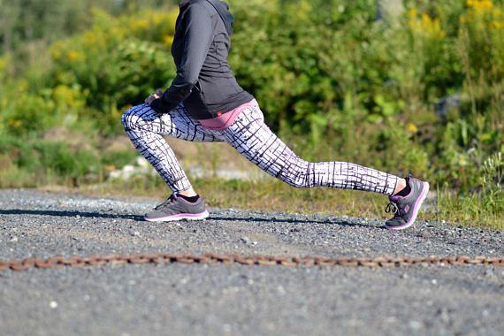 Leggings de sport ou de yoga blanc et noir avec lignes noires