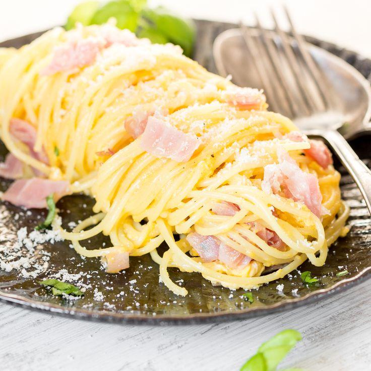 Guanciale, Pecorino, Eigelb und schwarzer Pfeffer - mehr brauchst du nicht, um eine Original Carbonara zuzubereiten. Ohne Sahne, dafür mit viel Geschmack.