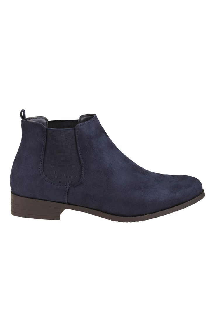 Klasyczne obuwie, które nigdy nie przestanie być modne! Granatowe botki do kostki, materiał imitujący zamsz, 189 zł na http://www.halens.pl/moda-damska-obuwie-5807/buty-573856?imageId=395057&variantId=573856-0003
