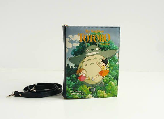 Ce sac en cuir est fait dans une forme dun livre. Inspiré par le dessin animé de Hayao «Mon voisin Totoro».  Pour la visite de collection de sacs-objets https://www.etsy.com/shop/KrukruStudioBags Pour rewievs clients depuis 2011 visitez notre boutique ancienne https://www.etsy.com/shop/krukrustudio  CARACTÉRISTIQUES -Disponible en cinq tailles -Fermeture bouton pression magnétique -Sangle dépaule réglable jusquà 50 -Poche intérieure -Sac est entièreme...