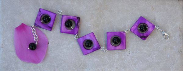 BLACK&PURPLE - A bracelet realized with black beads and purple mother of pearl squared donuts.