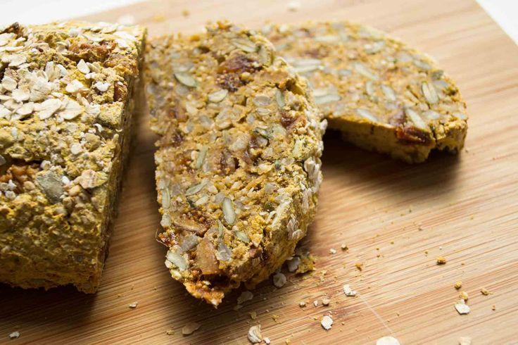 Een plakje van dit stevige zoete aardappel brood kan eigenlijk altijd: als lunch, ontbijt of tussendoortje! Lekker met suikervrije pindakaas, of roomboter..