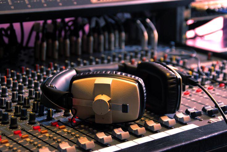 Sala di registrazione con pianoforte a coda e batteria per incisioni in DDD o in ADD, specializzata per riprese live (jazz,classica, rock,pop ecc.) di altissima qualità.