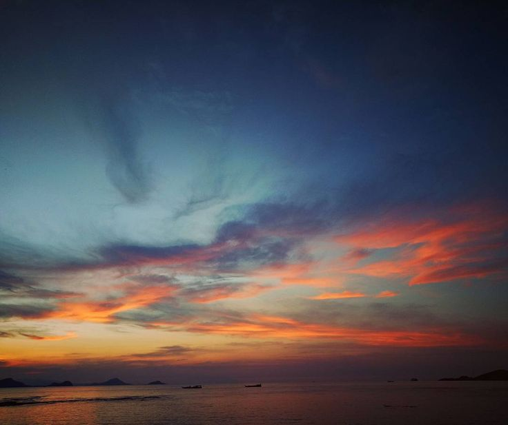 Nothing like a beautiful sunset to end an adventurous day here in Labuan Bajo Flores.  Taken at the Atlantis Beach Club the multi colored sunset totally blew my mind away....and finally after 3 days of waiting this beautiful sunset just amazed everyone here. Thank you very much Flores!  #skyscannerindonesia #sunsets #labuanbajo #flores #wonderfulindonesia . . .