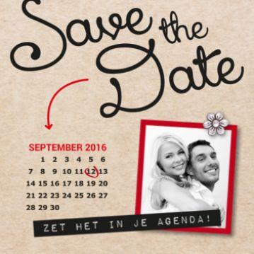 Hip en trendy save the date kaart met bruin papieren achtergrond en in mooie typografie de tekst Save the Date. Rode pijl naar kalender met daarop de trouwdatum omcirkeld.