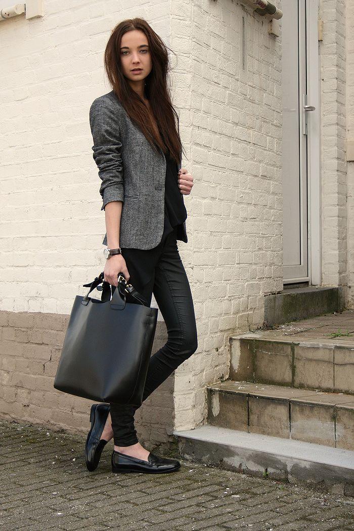 No siempre tienes que usar tacones para ir a trabajar, busca unos mocasines y combinalos con un blazer y una cartera de buena calidad para un look formal y comodo